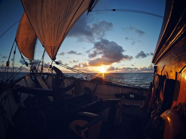 Deck eines Segelschiffes bei Sonnenuntergang