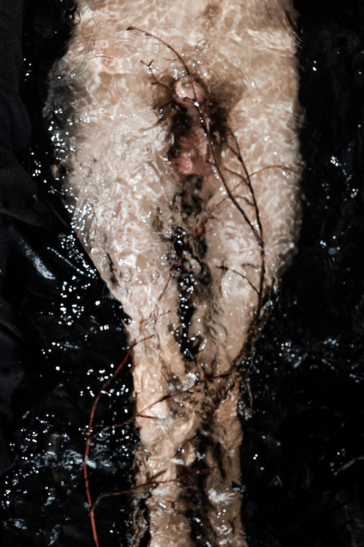 Ein männlicher Akt im Wasser.