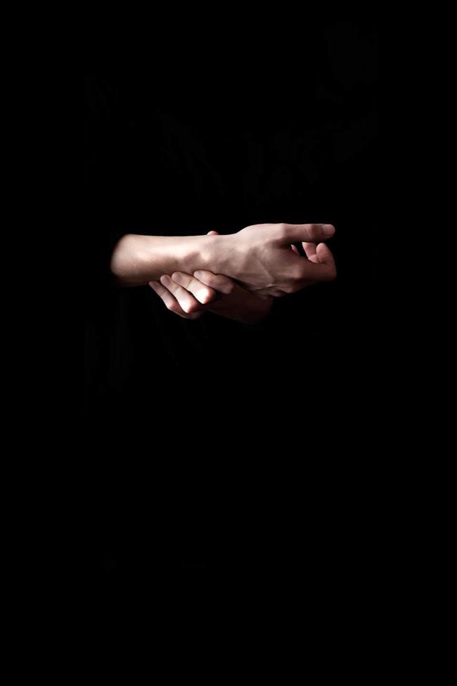 Eine Hand aus der Dunkelheit.