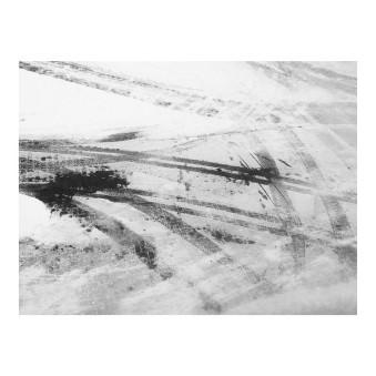 Spuren von Autoreifen im Schnee.