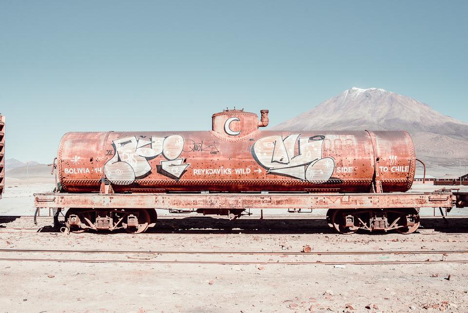 Ein rostiger, bemalter Zugwaggon