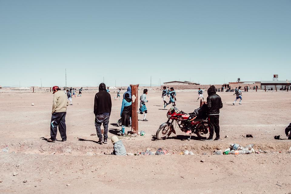Personen stehen um ein Motorrad herum
