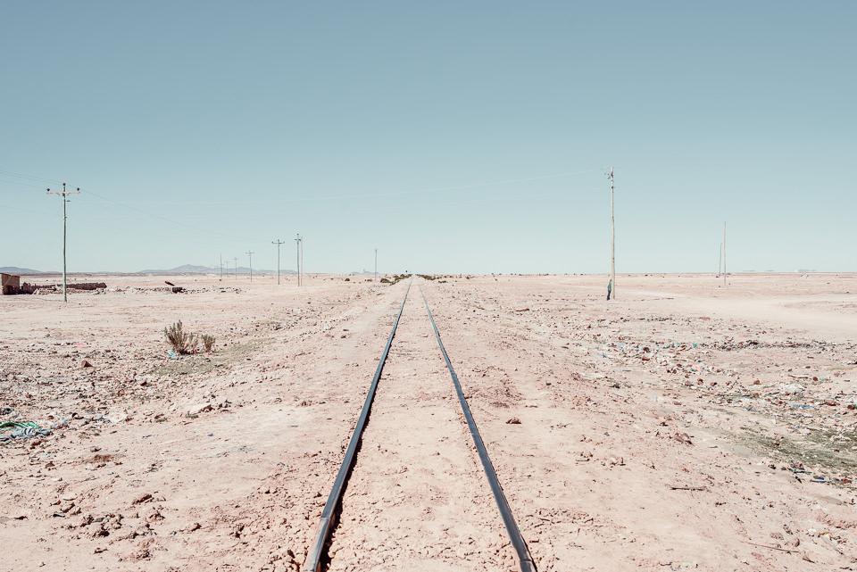Gleise in der bolivianischen Salzwüste