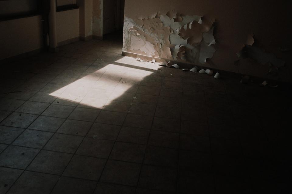 Die Licht-Spiegelung eines Fensters.