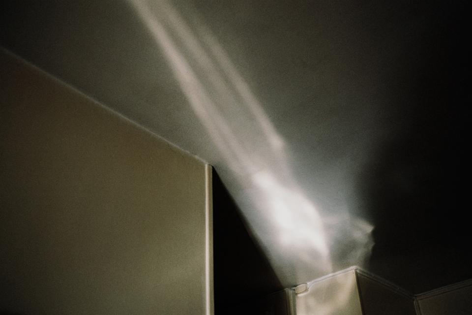 Ein Lichtstrahl zerfällt diffus.