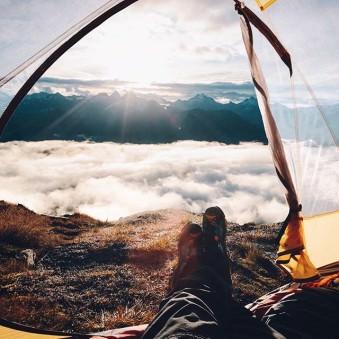 Blick aus einem Zelt über ein Wolkenmeer.