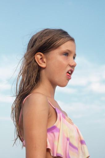 Ein Mädchen mit geplatzer Kaugummiblase