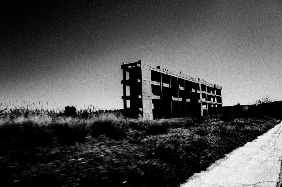 Eine Ruine im Nichts.