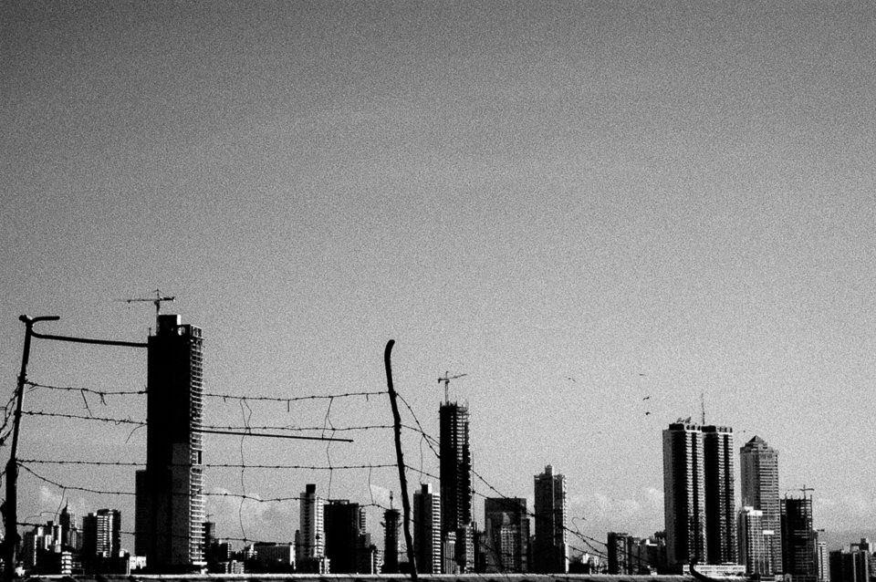 Gebäude, Masten im Grau