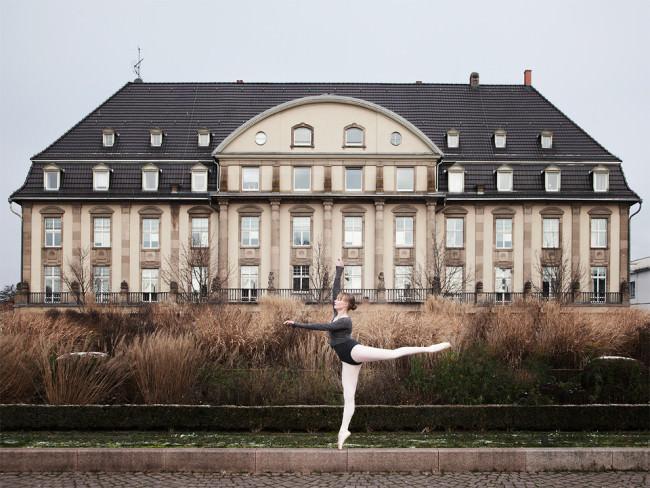 Eine Ballerina tanzt vor einem Schloss.