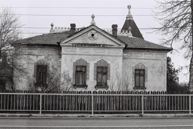 Ein großes, verlassenes Haus.
