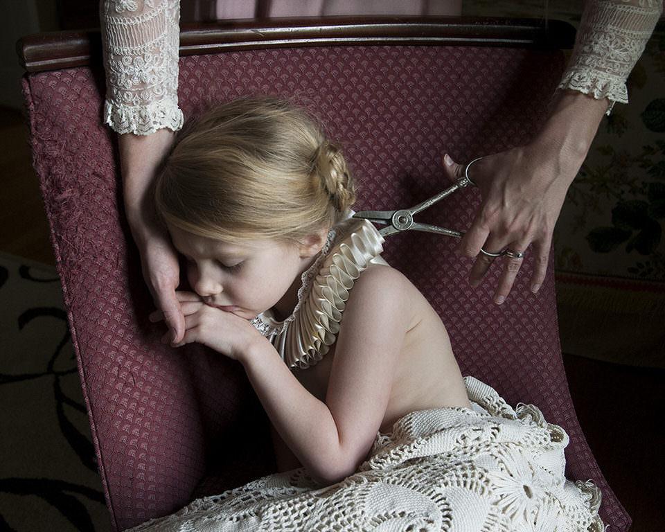 Einem Mädchen wird ein elisabethischer Kragen mit der Schere entfernt