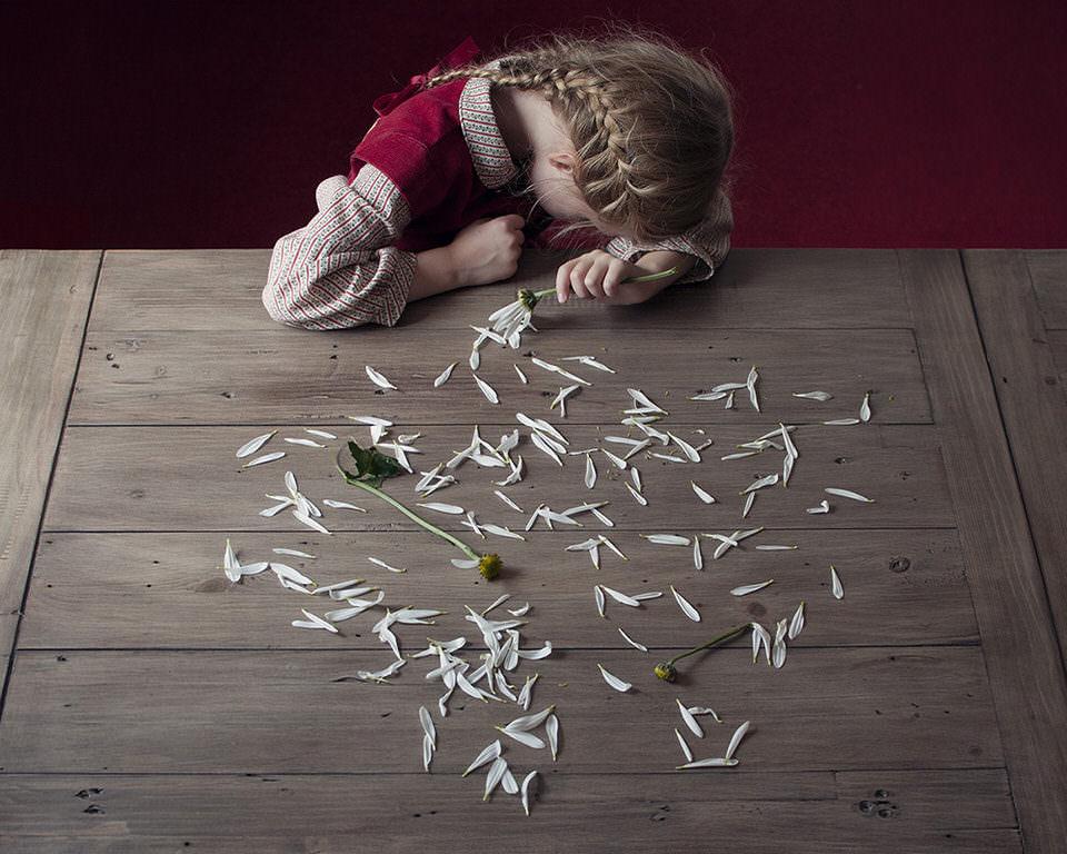 Ein Mädchen mit ausgerissenen Blumen