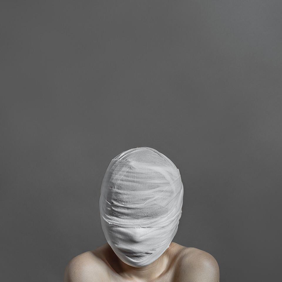 Eine Frau mit verbundenem Gesicht