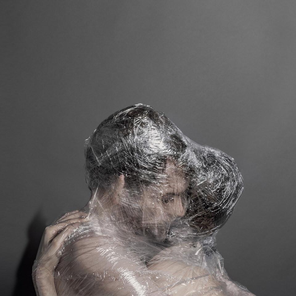 Eine Frau und ein Mann in Folie eingewickelt