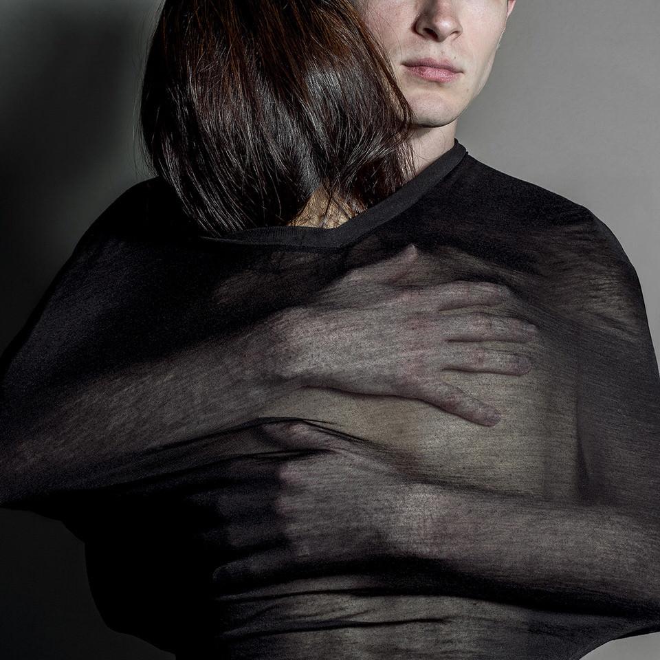 Eine Frau und ein Mann umarmen sich unter einem Tuch