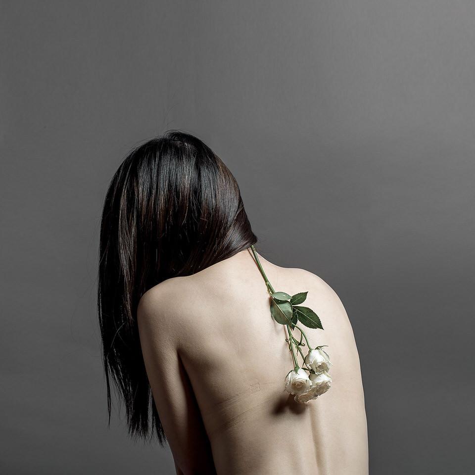 Eine Frau mit Rose am Rücken