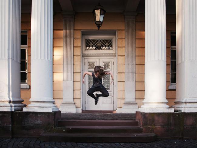 Eine Tänzerin mit offenem Haar springt in die Luft.