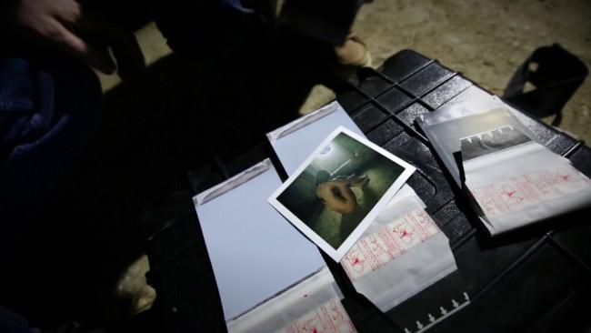 Polaroids auf einem Tisch