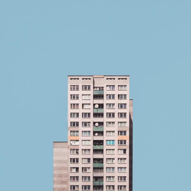 Ein Hochhaus vor einem blauen Himmel