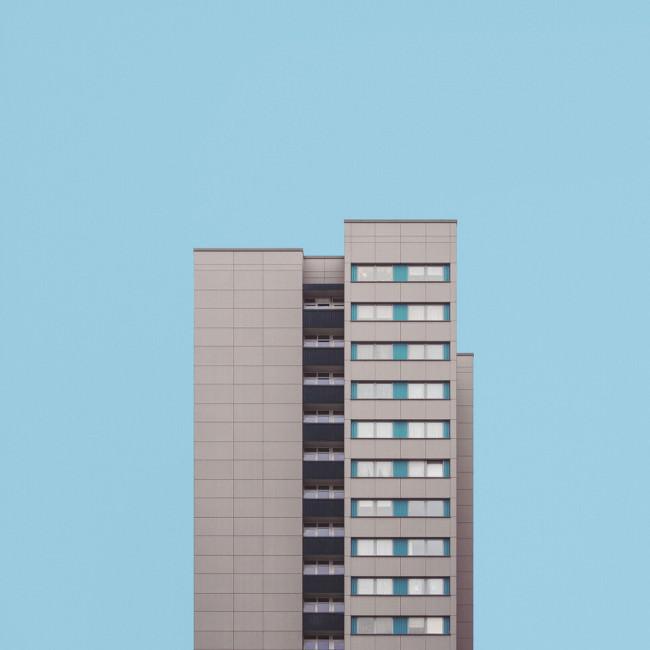 Hochhaus vor blauem Hintergrund
