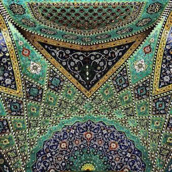 Ornamente an der Decke einer Moschee.