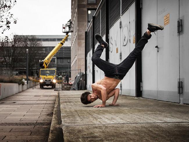 Ein Breakdancer steht Kopf.
