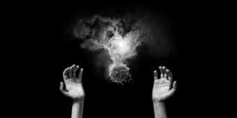 Hände zwischen einem Feuerball