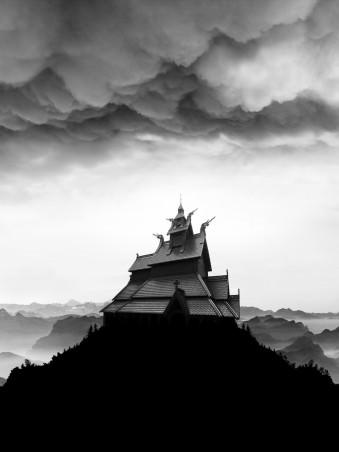 Ein Haus auf einem Berg mit dunklen Wolken