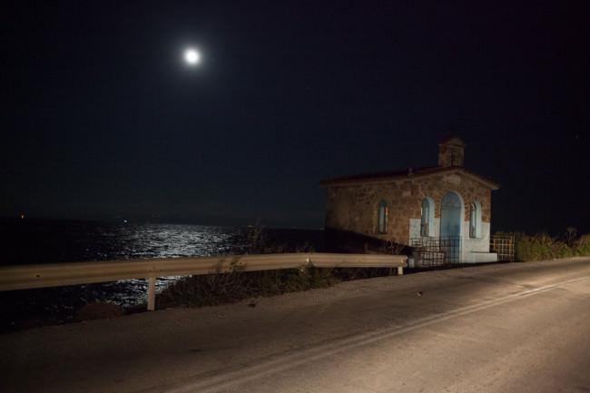 Nachts an einer Straße am Meer