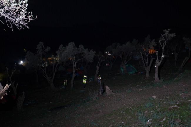 Menschen mit Warnwesten Nachts im Wald