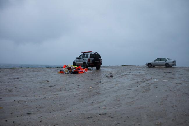Ein Auto, daneben Rettungswesten