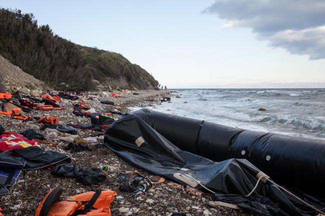 Ein Schlauchboot und Rettungswesten am Strand