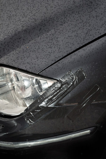 Ein schwarzes Auto mit Klebeband