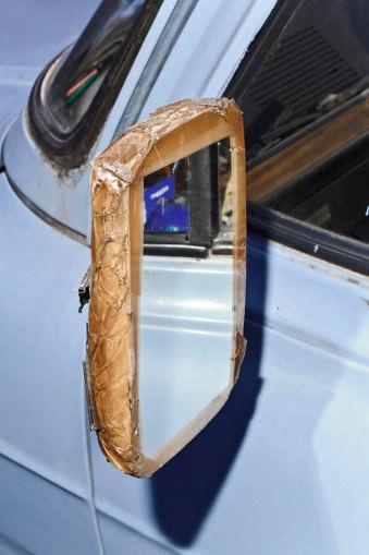 Ein Rückspiegel Mit Klebeband