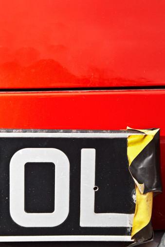 Ein Nummernschild mit Klebeband