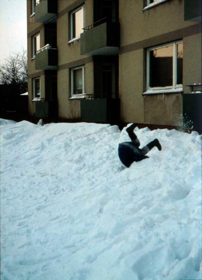 ein Junge im Schnee