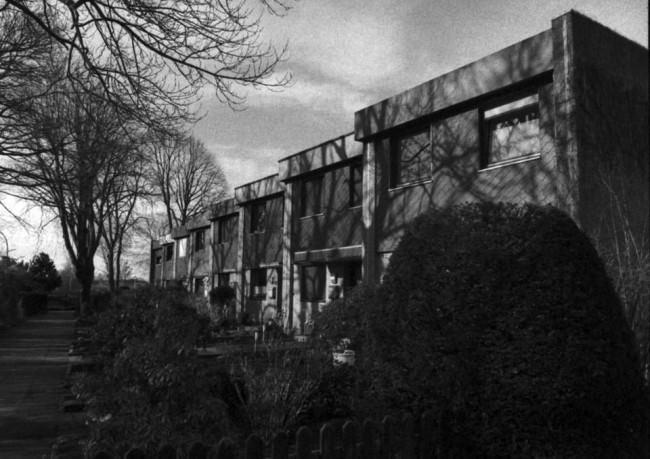 aneinander gereihte Häuser in schwarzweiss