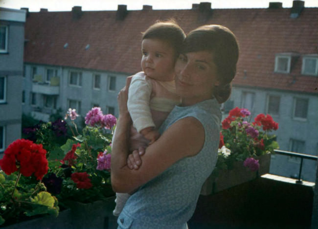 Mutter und Kind auf dem Balkon.