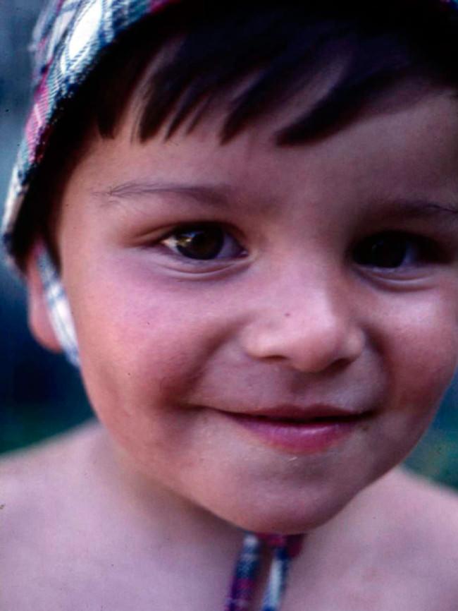 Ein Kind schaut in die Kamera.