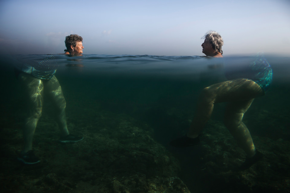 Zwei Personen stehen im Wasser