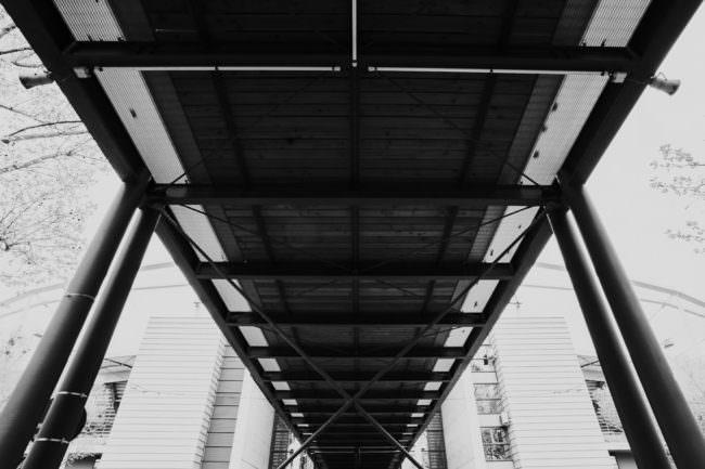 Eine Brücke von unten