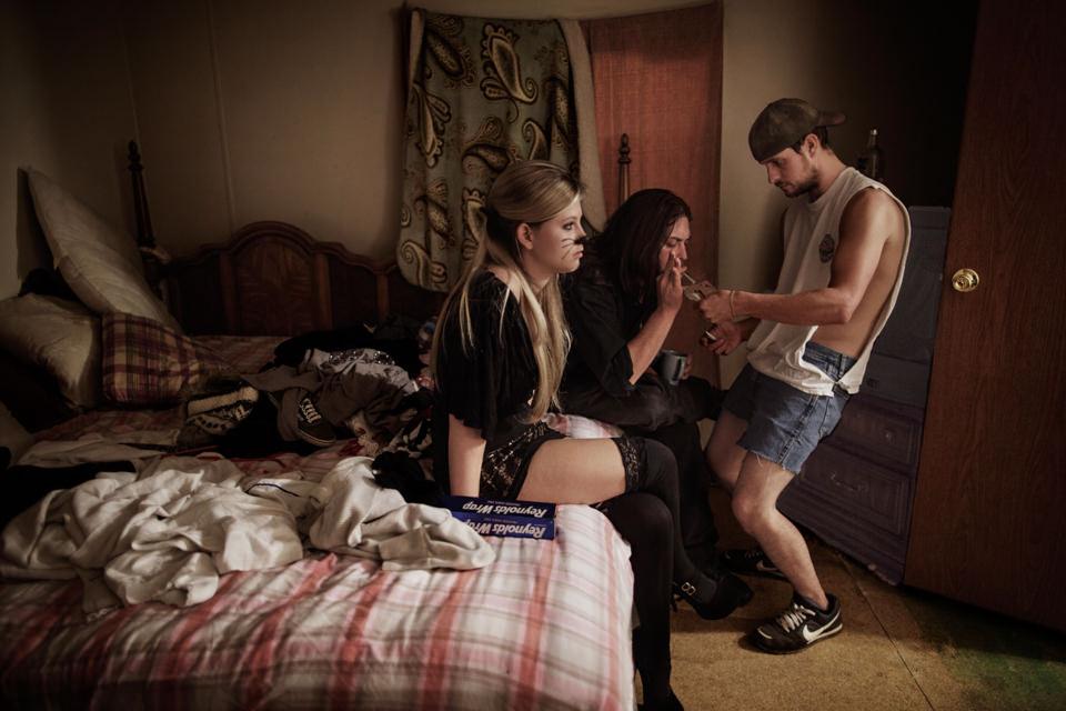 Jugendliche sitzen auf einem Bett