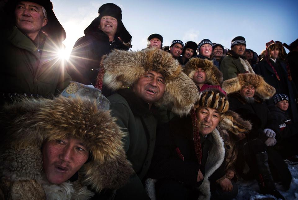 Mehrere personen in Pelzmützen schauen in die Kamera
