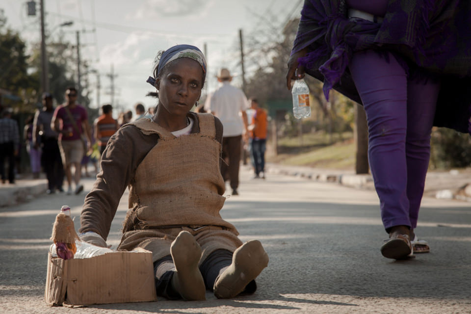 Eine Frau sitzt auf der Straße