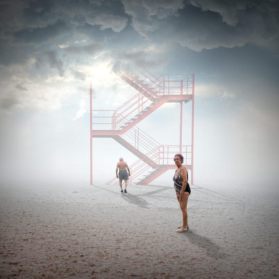 Zwei Personen und eine Treppe in die Wolken