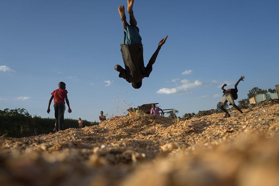 Ein Junge mach einen Salto