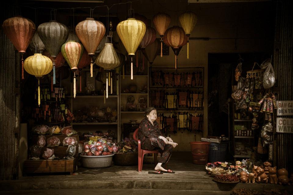 Eine Frau sitzt unter großen Lampignons