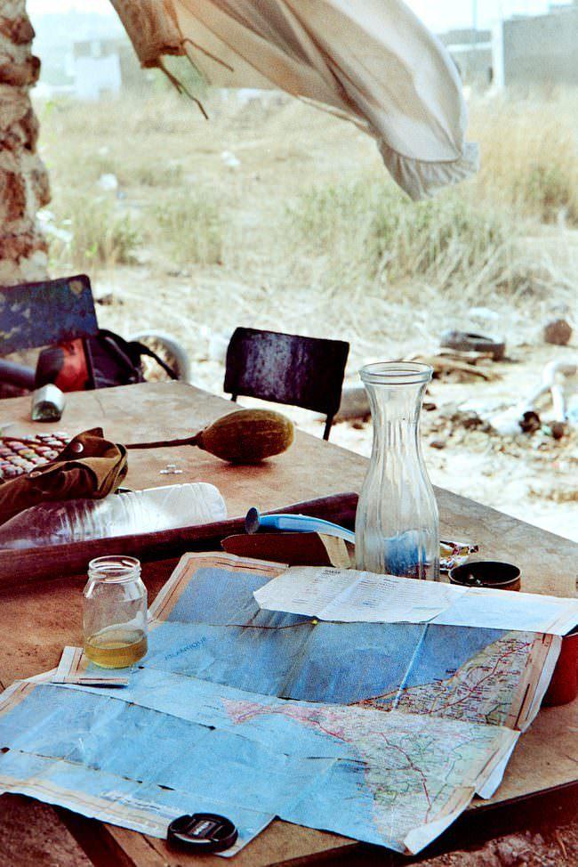 Tisch mit Karte, Wasserkaraffe und weiteren Gegenständen.