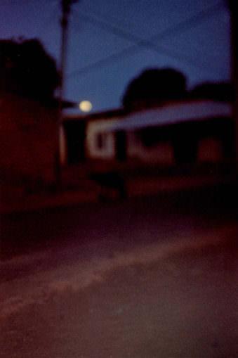 Unscharfer Mond mit Gebäuden, Nachtansicht.